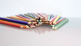 Gruppe des Scharfen färbte Bleistifte mit weißem und rotem Hintergrund Stockbild