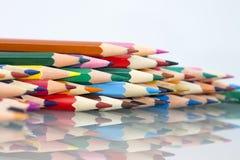 Gruppe des Scharfen färbte Bleistifte mit weißem und rotem Hintergrund Lizenzfreie Stockfotos