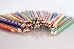 Gruppe des Scharfen färbte Bleistifte mit weißem und rotem Hintergrund Lizenzfreie Stockfotografie