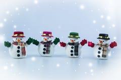 Gruppe des Schneemannstands auf weißem Hintergrund Lizenzfreie Stockbilder