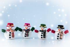 Gruppe des Schneemannstands auf weißem Hintergrund Lizenzfreies Stockfoto