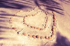 Gruppe des Steins eingerichtet in der Herzform Stockfotos