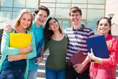 Gruppe des Studenten im Freien stockfotos