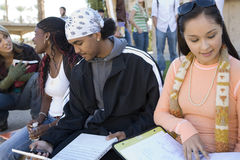 Gruppe des Studenten studierend am Campus stockbild