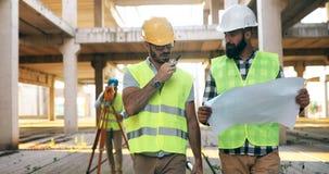 Gruppe des Technikteams hatte Sitzung an der Baustelle lizenzfreies stockfoto