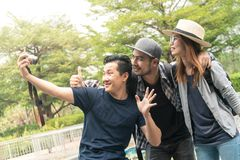 Gruppe des Touristen sind selfies selbst Lizenzfreie Stockbilder