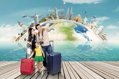 Gruppe des Touristen und des Weltmonuments stockbild