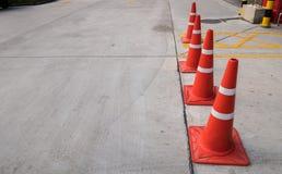 Gruppe des Verkehrskegels auf der Straße Stockbilder