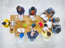 Gruppe des verschiedenen verschiedenen Besetzungs-Leute-Treffens stockbild