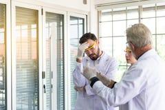 Gruppe des verschiedenen Wissenschaftlers Forschungsinformationen im laboratary zusammen erklärend lizenzfreie stockfotos