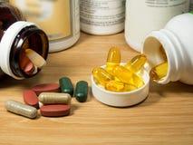 Gruppe des Vitamins mit Pillenkasten, Pillenkasten, Vitamin, Droge, multivitami Stockfoto