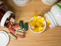 Gruppe des Vitamins mit Pillenkasten, Pillenkasten, Vitamin, Droge, multivitami Lizenzfreie Stockfotografie