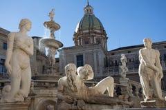 Gruppe des weißen Marmorstatueteils des Pretoria-Brunnens von Palermo Statuen- der Nackte und des Mannes und Poseidon-Niederlegun lizenzfreie stockfotos