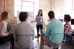 Gruppe Designer, die Gedankenaustausch im Büro haben Stockfotos