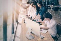 Gruppe Designer, die lächeln und zusammenarbeiten Lizenzfreies Stockbild