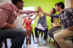 Gruppe Designer, die sich treffen, um neue Ideen zu besprechen Lizenzfreie Stockfotos
