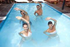 Gruppe, die Aqua Aerobics tut Lizenzfreie Stockfotos