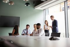 Gruppe, die auf Aufgabe am graduierten Einstellungs-Einschätzungs-Tag zusammenarbeitet, während, beobachtend vom Einstellungs-Tea lizenzfreie stockfotos