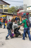 Gruppe, die auf den Straßen getrunken werden figthing ist Stockfotografie