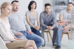 Gruppe, die auf Frau hört lizenzfreie stockbilder