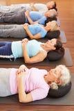 Gruppe, die Entspannungübung tut Stockfotos