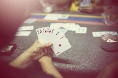 Gruppe, die Pokerkarten spielt Stockbild