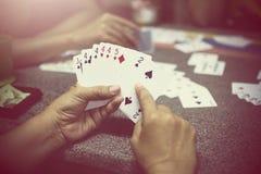 Gruppe, die Pokerkarten spielt Lizenzfreie Stockfotos