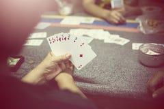 Gruppe, die Pokerkarten spielt Lizenzfreie Stockbilder
