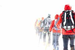 Gruppe, die Skifahrer bereist Stockfoto