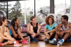 Gruppe, die vor einem Sportunterricht sich entspannt Stockfotografie