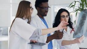 Gruppe Doktoren besprechen Röntgenstrahl in der modernen Klinik stock video