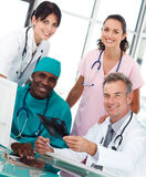 Gruppe Doktoren, die in einem Büro sprechen lizenzfreies stockfoto
