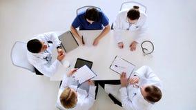 Gruppe Doktoren, die Kardiogramm am Krankenhaus besprechen stock footage