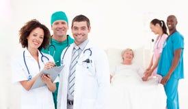 Gruppe Doktoren mit einem Patienten Stockbild