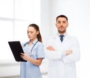 Gruppe Doktoren mit Klemmbrett und Stethoskop Lizenzfreie Stockfotografie