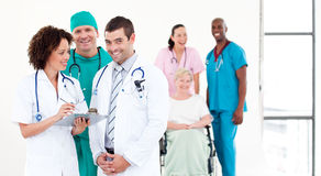 Gruppe Doktoren mit Patienten lizenzfreie stockfotografie