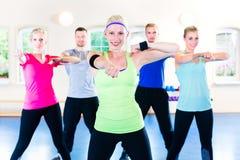 Gruppe Eignungsleute in der Turnhalle an Aerobic Lizenzfreie Stockfotos