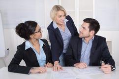 Gruppe eines Berufsgeschäftsteams, das am Tabelle talki sitzt Stockfotos