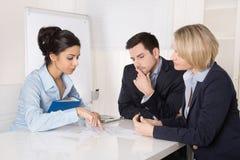 Gruppe eines Berufsgeschäftsteams, das am Tabelle talki sitzt Stockbilder
