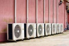 Gruppe Einheiten der Klimaanlage im Freien außerhalb des Gebäudes Lizenzfreie Stockbilder