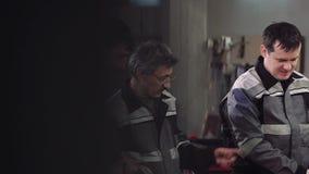Gruppe elektrische Arbeitskräfte an der Fabrik stock video