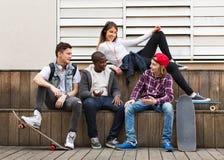 Gruppe entspannende und plaudernde Jugendfreunde Lizenzfreie Stockfotografie