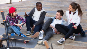Gruppe entspannende und plaudernde Jugendfreunde Stockfoto