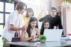 Gruppe erfolgreiche Freiberufler feiert, in coworking Raum zusammen sitzen bearbeitend Lizenzfreies Stockbild