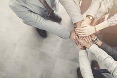 Gruppe erfolgreiche Geschäftsleute Mann-gegen-Mann lizenzfreie stockfotos