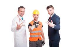 Gruppe erfolgreiche Männer, die Nr. drei zeigen lizenzfreie stockfotos