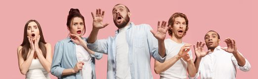 Gruppe erschrockene stressige haltene Hände der Leute, der Frau und des Mannes auf dem Kopf, erschrocken in der Panik, schreiend stockbild