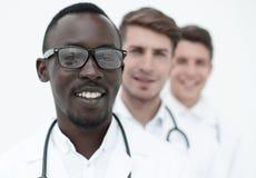 Gruppe ethnisch gemischte Doktoren, die in Folge stehen lizenzfreie stockfotografie