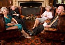 Gruppe fällige ältere Freunde stockfoto