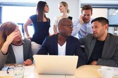 Gruppe Führungskräfte, die intensiv arbeitend sitzen lizenzfreie stockbilder